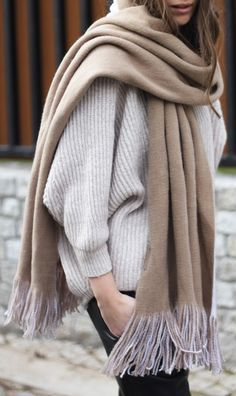 Weiter Pulli, hochwertiger Schal in Camel, schwarze Jeans