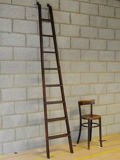 Very elegant tapered and nicely constructed Art Deco period library ladder with metal rail clips at the top. Origin: Germany