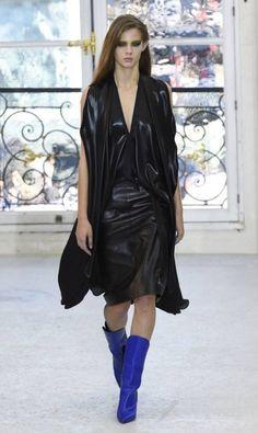 O final de década de 70 e início da década de 80 foram o ponto de partida para a criação da coleção verão 2017 da Louis Vuitton pelo estilista Nicolas Nicolas Ghesquière. Assimetrias, brilhos e uma pegada sexy permearam os looks BERTRAND GUAY / AFP