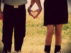 O enigma do amor foi sempre um caldeirão de inquietações. Por que se ama? Por que amamos uma pessoa e não a outra? Por mais que alguns argumentos surjam, não nos satisfazemos totalmente com as respostas encontradas. Há algo misterioso que enlaça o enigma do amor em todos os territórios que são por ele invadidos.