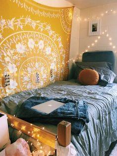 Loving these cute dorm rooms and dorm decor ideas! #dormroom #dorm #dormdecor #tapestry