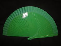 Abanico de madera liso. Color: Verde. Medida: 23 cm.