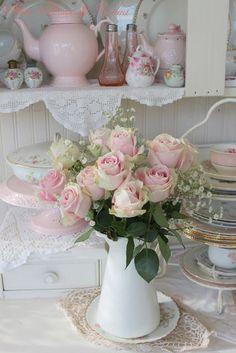 Flores rosas en jarra blanca