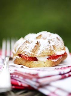 Bliv inspireret til dit næste søde projekt med vores skønne dessert- og kageopskrifter. Her på siden kan du finde kageopskrifter på lækre chokoladekager, småkager, muffins og meget mere. De kageopskrifter, du finder her på siden, er velegnede til enhver lejlighed. Der er kageopskrifter på søde tærter, bløde cheesecakes og sprødes cookies og kageopskrifter med syndig chokolade og sund frugt. Men på denne side finder du ikke blot kageopskrifter, men også opskrifter på søde desserter, lækker is…