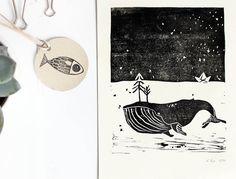 """Original Linoldruck Wal im Meer mit Papierschiffchen und Bäumen.  **Der Wal**  ist unterwegs.  """"Will der Wal wohnt im großen Meer.  Pflanzen und Menschen, die mag er sehr. Drum bringt er..."""