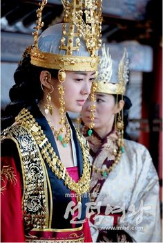 Queen Seon Duk 선덕여왕 Page is still under construction. In the meantime check out some other pages on this site regarding Queen Seon Duk: Badass Mammas of the Three Kingdom Period Bone Rank System Th… Korean Hanbok, Korean Dress, Korean Outfits, Korean Traditional Dress, Traditional Fashion, Traditional Dresses, Imperial Clothing, Lee Yo Won, Historical Hairstyles