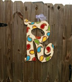love the paisley on an initial Door Letters, Painted Letters, Wooden Letters, Southern Charm Decor, Burlap Projects, Wreath Making, Beginner Painting, Door Wall, How To Make Wreaths