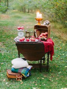 How cute is this #DIY apple cidres cocktail bar for an #autumn wedding! Loving #fall