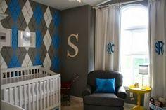 Letra S perfecta en la columna. Dormitorio de bebé en azul y gris