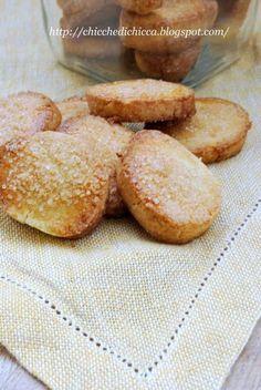 I biscotti in casa mia non devono mai mancare, c'è chi li vuole a colazione, chi li cerca per la merenda, chi li esige la sera dopo cena....