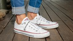 People call Converse the most classic pair of sneakers out there because, well, it is. Here are 35 inspirational ideas about what to wear with Converse sneakers. Converse All Star, Outfits With Converse, White Converse, Converse Sneakers, Sneakers Women, Grunge Outfits, Casual Outfits, Casual Wear, Doc Martens