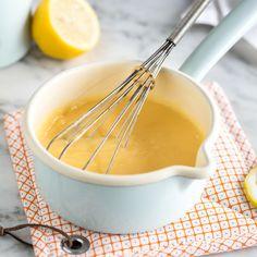 Gestatten: Das ist Curd. Lemon Curd! Zitronig, fruchtig, süß, dickflüssig und in sonnengelb- so muss sie sein, diefruchtige Zitronencreme.
