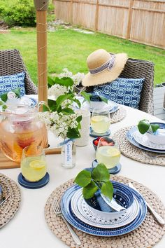Create beautiful outdoor decor and summer tablescapes with these simple summer entertaining ideas. Easy summer decorating ideas that anyone can do! Fresco, Summer Mantel, Easy Diy Projects, Seasonal Decor, Craft, Farmhouse Decor, Farmhouse Style, Tablescapes, Table Settings