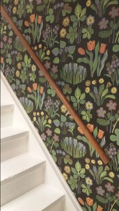 Wallpaper Svenskt Tenn Hallway Wallpaper, Interior Wallpaper, Retro Wallpaper, Pattern Wallpaper, William Morris Wallpaper, Morris Wallpapers, Bistro Interior, Josef Frank, Floral Print Design