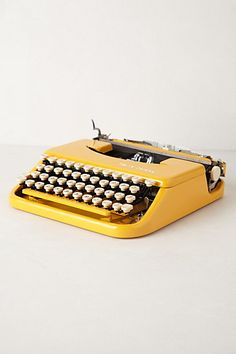 Vintage Yellow Typewriter - So mid-century! Mellow Yellow, Mustard Yellow, Vintage Yellow, Retro Vintage, Vintage Games, Vintage Stuff, Fred Instagram, Vintage Typewriters, Kelly Wearstler