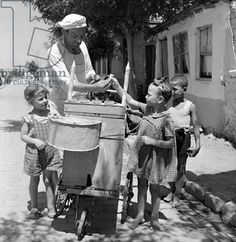 Buying ice cream, Salonika, 1946 Dimitris Harissiadis