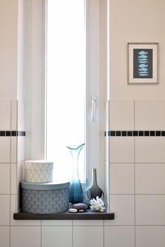 """Die Deko auf der Fensterbank im Gäste-WC ist im allerweitesten Sinn """"maritim"""" inspiriert :smile: Und die runden Boxen machen sich als Aufbewahrung für Handtücher und Klopapierrolle nützlich."""