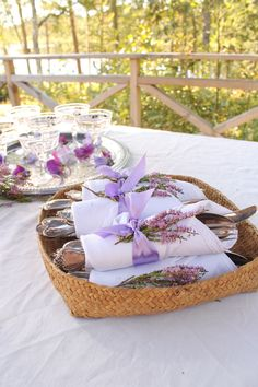 Använd viltväxande ljung och vintageband som servettring. [Ecofriendly napkin ring] Photo: Anna Hjärp, EcoBride.  #wedding #bröllop #ecobride