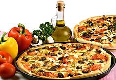 Jednoduché těsto na italskou pizzu 240 ghladké mouky 15 gčerstvého droždí 1,5 dlvody 1 lžíceoleje sůl Dohotovení: 120 gstrouhaného sýra (např. parmazán) 3 lžíceoleje 4 lžícerajčatového protlaku 2 ksstroužky česneku špetka oregana a tymiánu nebo přímo koření pizza ostatní ingredience jako např. šunka, salám, zelenina ....