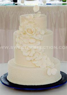 Torta de bodas de color marfil.