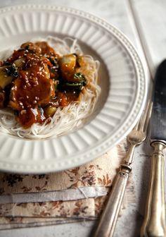 porc au caramel, bok choy et vermicelle--- 3 fois par jour Pork Recipes, Asian Recipes, Cooking Recipes, Diet Recipes, Porc Au Caramel, My Favorite Food, Favorite Recipes, Confort Food, Healthy Dessert Recipes