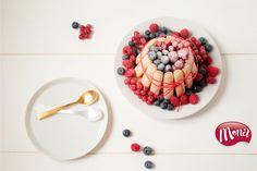 Deze Mona Charlotte is super eenvoudig te maken. Een pudding, lange vinger en (vers) fruit zijn alles wat je nodig hebt. Lintje eromheen strikken en tadaaa... een feestje aan tafel!