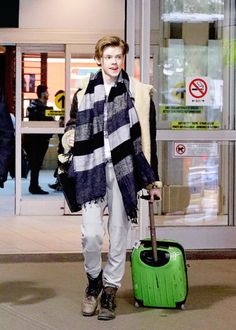 Thomas Brodie-Sangster keeps it comfortable in sweats while heading out of the airport after arriving on Sunday (March in Vancouver, Canada. The actor is reportedly in town to begin filming Maze Runner: Death Cure, which is set to be released in 2017 Maze Runner Funny, Maze Runner Thomas, Newt Maze Runner, Maze Runner Movie, Beautiful Boys, Pretty Boys, Cute Boys, Gambit Wallpaper, Dylan Thomas