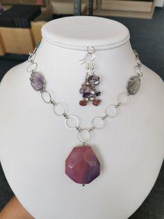 Jednoduchý náhrdelník z kovového řetízku s velkými oky a dvou kamenů duhového fluoritu oválného tvaru, dvou kamenů duhového fluoritu ve tvaru srdce a přívěskem broušeného růžového achátu. Zapínání je klasickou karabinkou. Délka náhrdelníku - 51 cm.  #duhovy#duha#fluorit#privesek#achat#bodro#fialova#violet#barvy#nahrdelnik#doplnek#outfit#krk