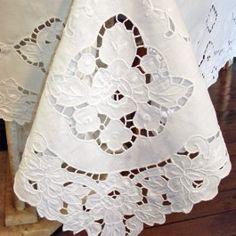Toalha de mesa de linho bordado a mão 2,50x1,60m                                                                                                                                                      Mais