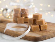 Täydellinen Valkosuklaafudge on tehty suklaasta, kermasta, voista ja sokerista keittämällä. Se on pehmeää, täyteläistä ja täydellinen lahjaidea! Kermit, Fudge, Oreo, Place Cards, Place Card Holders, Baking, Christmas, Food, Xmas