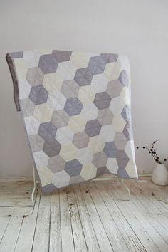 TEXILEMANUFACTURE quilt in pastel hexagons/modern Quilt/Cotton Quilt/Handmade Quilt/DoubleSizeBedspread