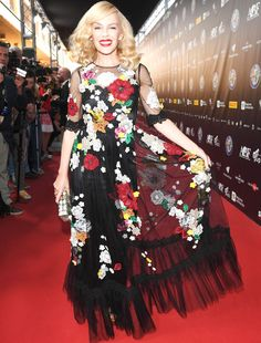 Kylie Minogue wore a Dolce & Gabbana tulle gown embellished with organza flowers at the Bocelli and Zanetti Night in Italy. Organza Flowers, Floral Gown, Dramatic Makeup, Tulle Gown, Kylie Minogue, Red Carpet Fashion, Celebrity News, Gowns, Princess