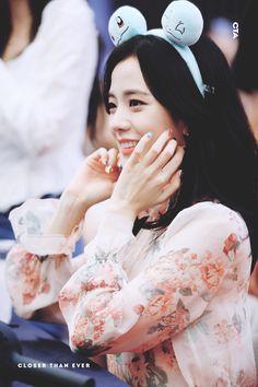 Jisoo at fansign Square Up 💫💎 Blackpink Jisoo, Yg Entertainment, K Pop, South Korean Girls, Korean Girl Groups, Cute Baby Videos, Jennie Lisa, Blackpink Photos, Ji Soo