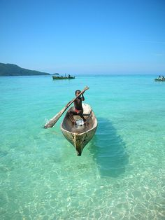 Cayos Cochinos, Honduras: The boat looks like it is flying--the water is sooo clear! Places Around The World, Oh The Places You'll Go, Travel Around The World, Places To Travel, Places To Visit, Around The Worlds, Travel Destinations, Tikal, Belize