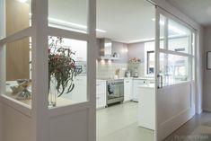 Cocina Estilo contemporaneo Color violeta, beige, blanco diseñado por esteveinteriorisme   Interiorista Kitchen Interior, Kitchen Decor, Hidden Kitchen, Gym Decor, New Kitchen Designs, Interior Windows, Glass Kitchen, Home Deco, Home Kitchens
