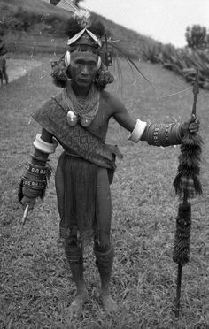 India Konyak Naga man belonging to the entourage of Sha-long, the Ang of Zu-nyu. Naga People, Costume Ethnique, Mughal Empire, Digital Archives, Beauty Around The World, Indiana, Wild Style, My Heritage, Tribal Art
