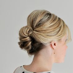 Csinos menyasszonyi frizura kánikulára - Hogy ne legyen meleged a nagy napon!: A hosszú haj melegít, ezért érdemes kánikulabiztos frizurát készíteni belőle.