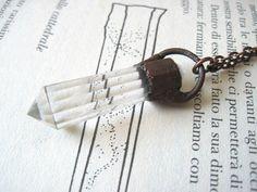 Collana con cristallo ialino sfaccettato - ciondolo punta di quarzo in rame ossidato - pendolo di cristallo - prisma - gioielli con pietre di Loonharija su Etsy