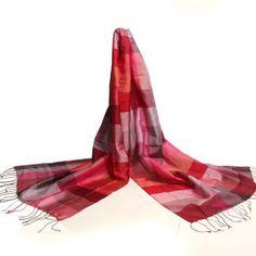 Handgeweven zijden sjaals uit India. Designed by Fates. En fair trade project gestart door Marloes en Rita die zelf reizen naar India voor het maken van de collectie zijden sjaals. Te koop in de winkel Fates of op de webshop www.fates.nl