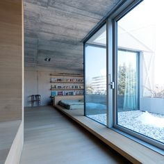 minimalist-villa_040315_28 slaapkamer patio materialisatie interieur slaapplateau dorpel detail beton hout