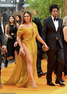 Beyoncé wowed as she stepped out in a stunning gold gown for the European premiere of The Lion King, in which she stars as Nala this is the kinda THING they dragged into the royal family Beyonce Knowles Carter, Beyonce And Jay Z, Suits Actress, Gold Gown, Pretty Prom Dresses, Femmes Les Plus Sexy, Prince Harry And Meghan, Meghan Markle Prince Harry, Celebs