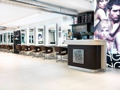 La cadera de #peluquerías #Llongueras de Lluís Llongueras Batlle confía en Urbatek para el #pavimento de sus salones.   Un #diseño atemporal de apariencia de granito con altas prestaciones técnicas del #porcelánico AVENUE de URBATEK - #haircut #franchises #interiors #design #fashion