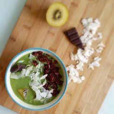 Aunque los smoothie bowls parecen que son más de desayuno... a mi me ha apetecido este de kiwi para merendar  -2 kiwis -1 manzana -2 puñados de col kale -1 yogur de soja Topping: virutas de coco con frambuesa @inspiralled  chips de coco @mybodygenius  cocoa liquor @mybodygenius y pedazos de kiwi sungold @zesprikiwifruit