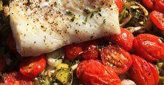 Spis mere fisk! Retten er meget velsmagende og sund. Torsk i fad med tomater og porrer er let at lave, og det tager under en halv time at tilberede. Vegan Recipes, Vegan Food, Carne, Chicken, Sea Creatures, Fish, Vegan Sos Free, Vegan Meals, Veggie Food