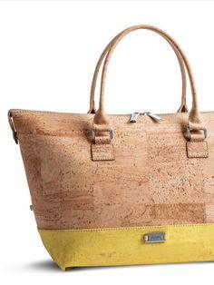 Handtasche aus Kork mit Stil. 3 verschiedene Taschengrössen möglich (skalierbar). Von Artipel. Nachhaltig und fair, mit Trageriemen. Handgefertigt in Portugal. Faire Mode aus natürlichem Korkstoff. Damit du alles dabei hast unterwegs. Nachhaltige Tasche aus nachwachsendem Naturstoff. Mehr Korkprodukte: www.korkeria.ch #handtasche #nachhaltigemode #korkprodukte #kork #korktasche Portugal, Kate Spade, Tote Bag, Bags, Fashion, Sustainable Fashion, Leather Bag, Yellow, Fashion Women