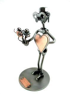 Cadeau beeldje, Huwelijksaanzoek Product.nr.: HK0059 Het moerenmannetje is op weg naar zijn hopelijk aanstaande vrouw of heeft hij wat goed te maken?.... Maten (h/b/d) in cm ca: 19 x 9 x 9