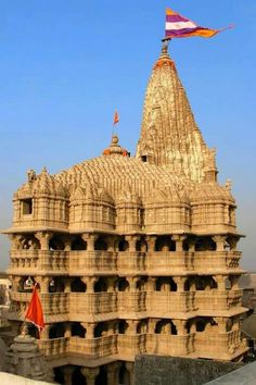 Ancient Dwarka Hindu Temple is located in Gujarat, India. This temple is dedicated to the god Krishna. It is a 5 story building supported y 72 pillars. Indian Temple Architecture, Architecture Antique, India Architecture, Goa India, History Of India, Ancient History, Temple Indien, Hindu Temple, Amarnath Temple