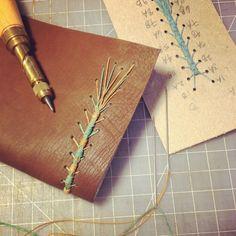 6+ diagramas y tutoriales para hacer encuadernación caterpillar (pdf) – Encuadérnalo Saddle Stitch Binding, Books Art, Creative Notebooks, Bookbinding Tutorial, Stitch Book, Book Challenge, Bound Book, Scrapbook, Book Folding
