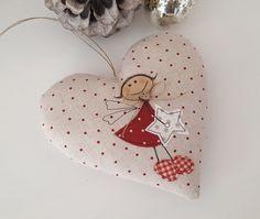 Süsses Herz mit einem applizierten Engelchen für Deine Weihnachtdeko.  Aufhängeband: Band  Größe ca. 13 x 13 cm  Material: hochwertige Leinen,- Tilda- und Patchworkstoffe, Füllwatte, Nähgarn,...