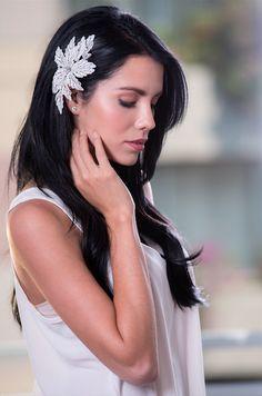 Peineta Eterna. Encantadora peineta que inspira romanticismo, destaca el acento del hilo blanco en un diseño floral con cristales, perlas y cuentas transparentes. Este diseño trendy y original va perfecto para cualquier tipo de novia. Disponible en color blanco como se ve en la foto.